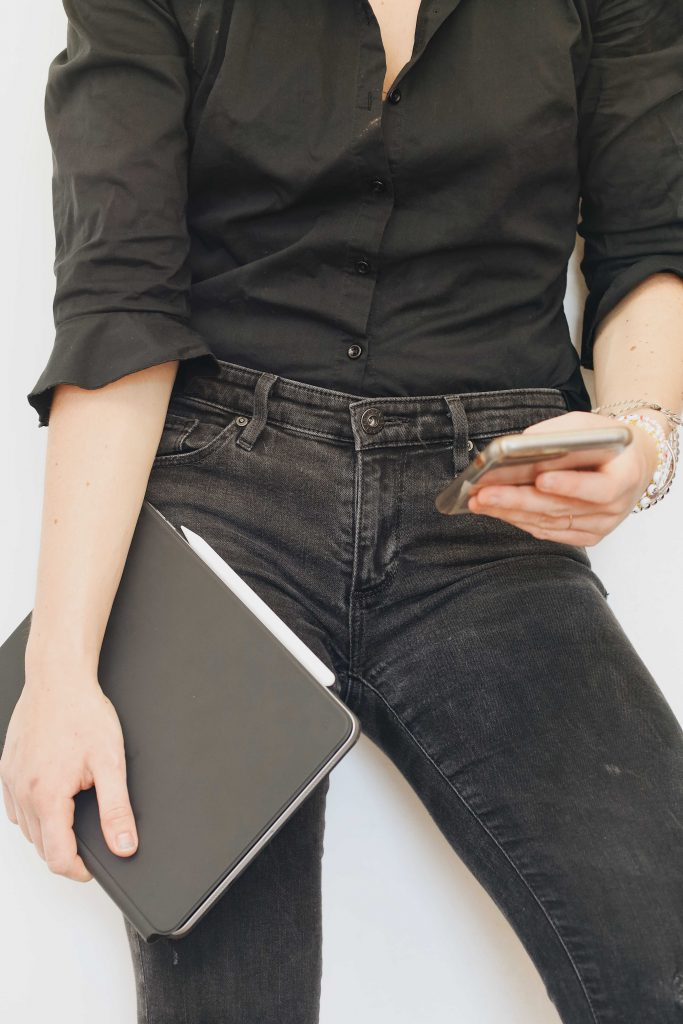 how to wear jeans to work and look professional_revelle