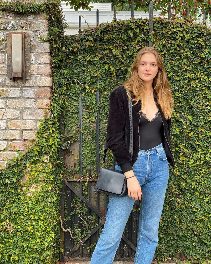 woman wearing blue jeans black top_revelle