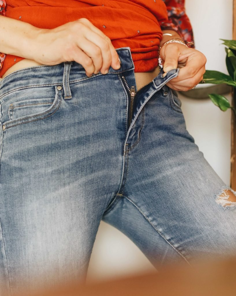 woman trying on jeans_how tight should jeans be when you buy them_revelle
